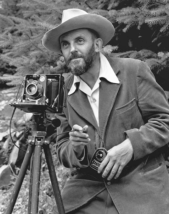 著名的风光摄影大师安塞尔·伊士顿·亚当斯(Ansel Adams)便是化学暗房后期处理的高手。